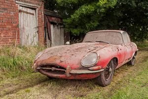 'Barn find' Jaguar E-type sells for £80,800